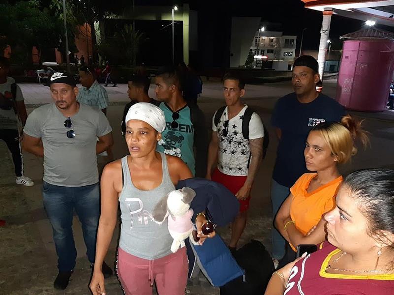 Inmigrantes suben a autobuses este miércoles en Tapachula (México). Unos docientos migrantes de nacionalidad cubana que saldrían en caravana a Ciudad de México intentaron partir en autobuses pero se retrasaron debido a que no han hallado unidades de transporte suficientes para que los traslade de la ciudad de Tapachula, en el estado de Chiapas, a la capital mexicana. EFE