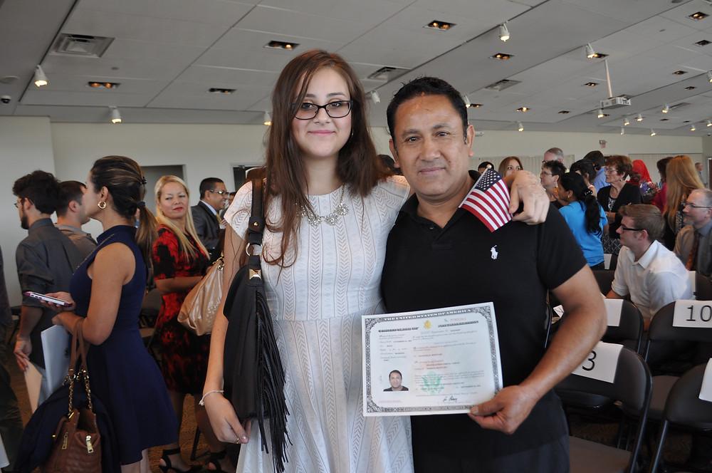 Wilder Portal (con su hija) se hizo ciudadano de Estados Unidos en WorldFest 2016.