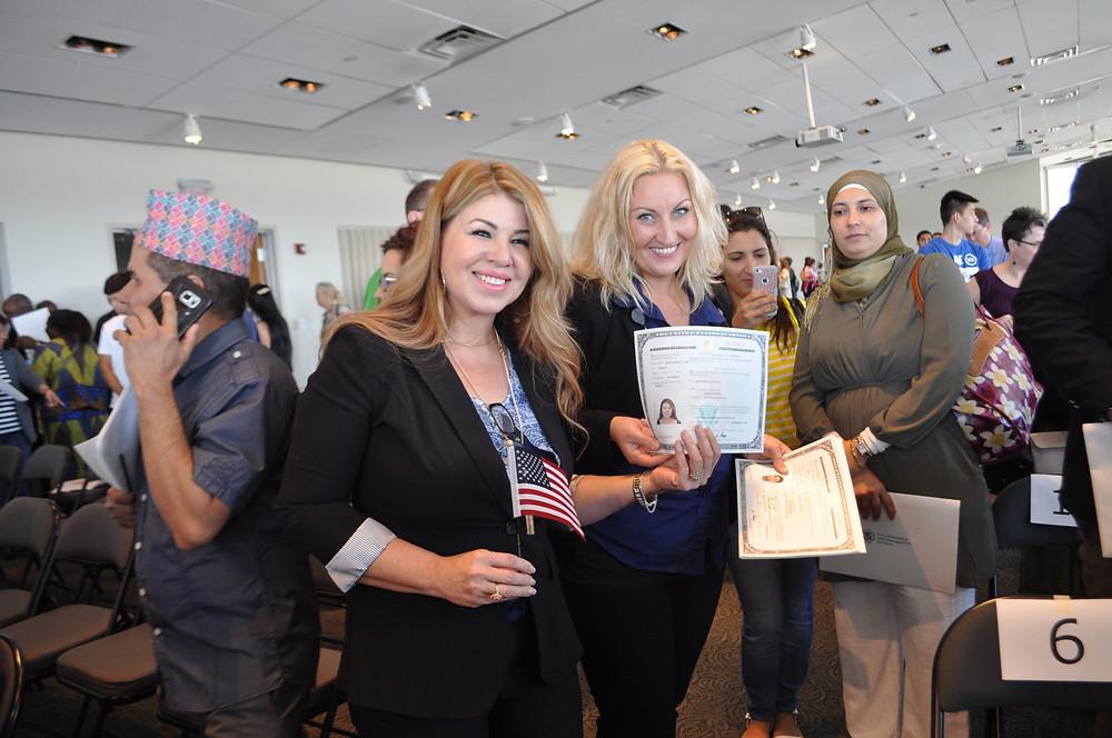 Damiana Olvera (izquierda) se hizo ciudadana de Estados Unidos en WorldFest 2016.