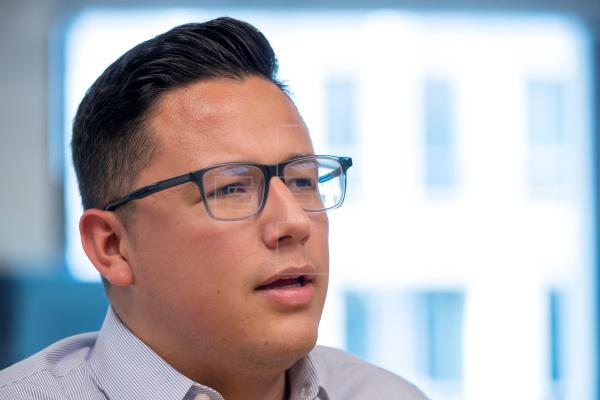 Samuel Cervantes, un 'soñador' que nació en México, habla durante una entrevista sobre el segundo aniversario de la decisión de la Administración Trump de cancelar el programa de inmigrantes DACA, Acción Diferida para los Llegados en la Infancia, en Washington, DC, EE. UU. EFE/EPA/ERIK S. LESSER