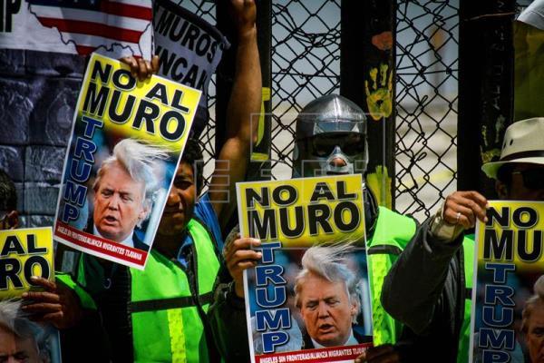 Activistas del grupo Ángeles sin Fronteras y migrantes protestan contra las ofensas del presidente Donald Trump hacia México hoy, jueves 10 de mayo de 2018, en la ciudad fronteriza de Tijuana (México). EFE