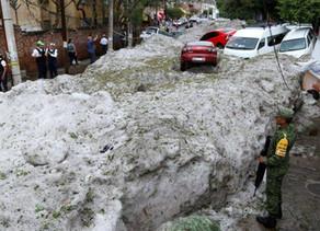 ¡El clima enloquece! Una fuerte granizada arroja metro y medio de hielo sobre Guadalajara, México