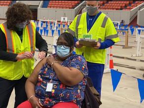 """""""Alguien tiene que decirles que está bien"""": enfermera escolar recibe la vacuna del COVID"""