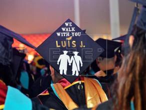 """Estudiantes de California apoyan a """"soñadores"""" en ceremonia de graduación"""