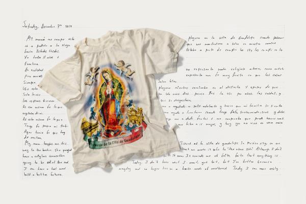 """""""The Immigrant Story"""" del trabajo del fotógrafo Jim Lommasson titulado """"What We Carried"""" (""""Lo que llevamos""""), que muestra la camiseta con la Virgen de Guadalupe estampada que Iván Hernández, un soñador de 27 años protegido por la Ley de Acción Diferida para los Llegados en la Infancia (DACA), que llegó a EE.UU. desde México con su familia cuando solo tenía once años, llevó puesta en su trayecto desde México en busca de su padre en Estados Unidos. EFE/The Immigrant Story/Jim Lommasson"""