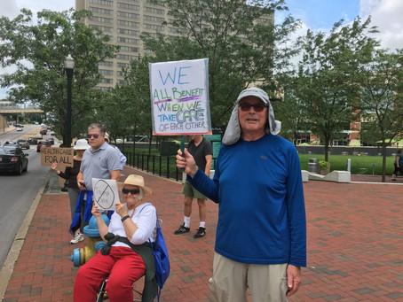 Senadores bajo ola de protestas durante el descanso de verano