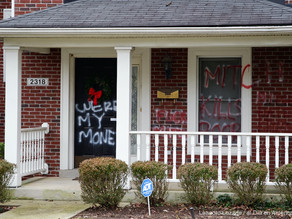 Pintan grafiti en las casas de Mitch McConnell y Nancy Pelosi
