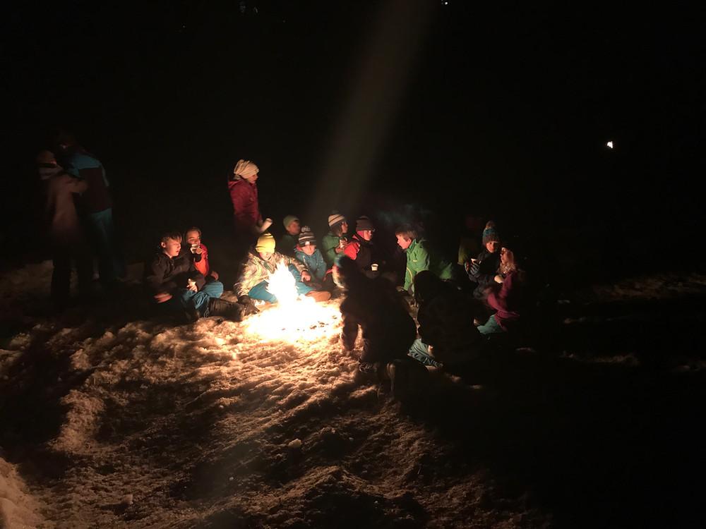 Nach der Wanderung trafen sich alle beim Lagerfeuer zum Punsch.