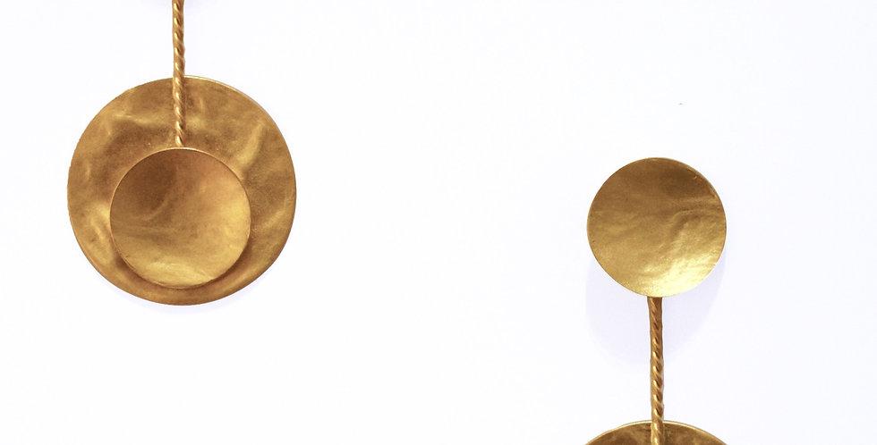 orecchini, orecchini in oro satinato, orecchini con piastra tonda irregolare,