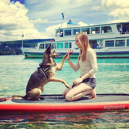 Hundetrainerin Natalie Peter (Bühler) mit Hund Daya