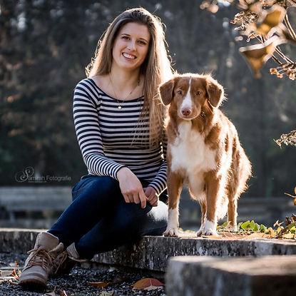 Hundetrainerin Kim Füllemann mit Hund Nova