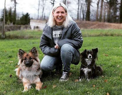 Hundetrainerin Nadine Wiederkehr mit Hunden Loba und Jamina