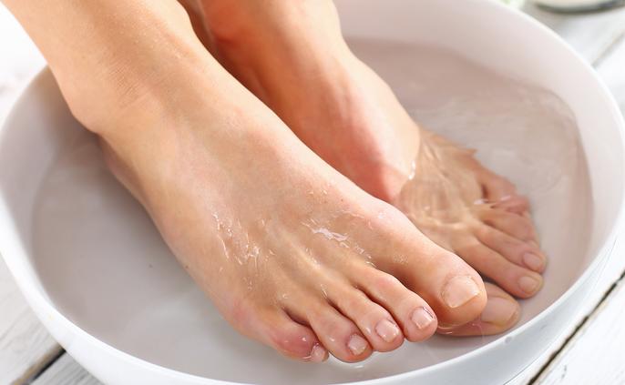 Bains de pieds au bicarbonate de sodium