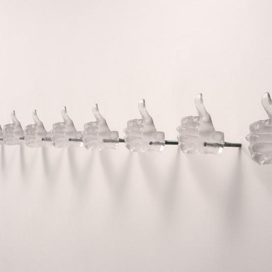 LEANDRA ESPÍRITO SANTO Série Gestos (Ok) | 2019 Resina Instalação de parede composta por peças moldadas a partir das mãos da artista. Dimensões Variadas Edição Ilimitada