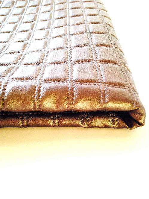 Morceau de simili cuir matelassé, couleur gris taupe légèrement brillant 70 x 90