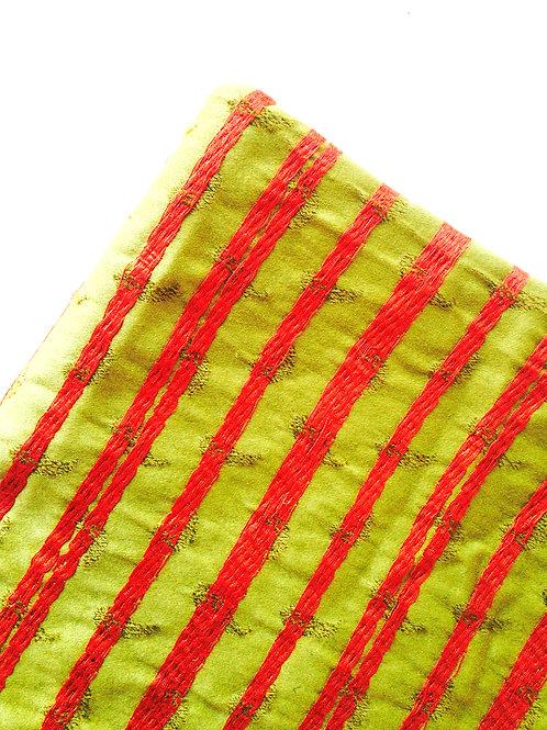 Coupon de tissu tapissier à rayures et broderies, vert et rouge