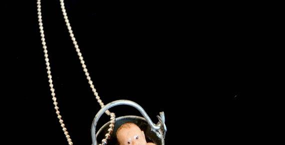 Sautoir LE BÉBÉ AVEC L'EAU DU BAIN, seau et bébé miniatures