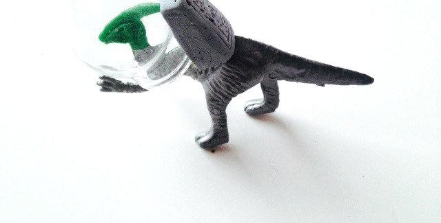Sautoir LE COSMOSAURE, dinosaure de l'espace en combi
