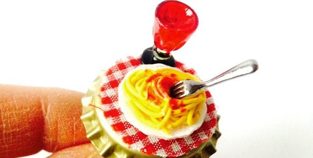 Bague La PASTA, scène miniature, plat de pâtes, verre miniature. Bague ajustable
