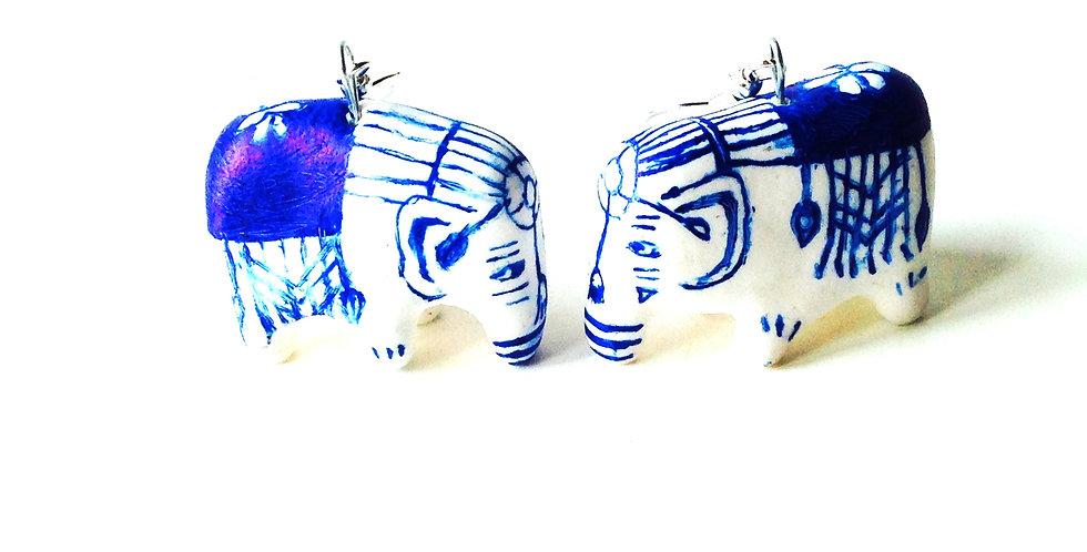 Boucles d'oreilles 2 ÉLÉPHANTS, dans un magasin de porcelaine, par The Sausage