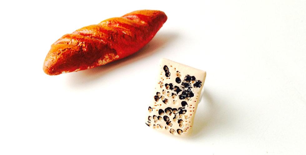 Bague Le GORGONZOLA PICCANTE, (ou Le Roquefort), part de fromage miniature, fun