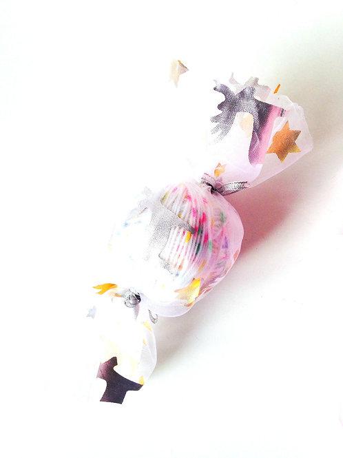 Bonbon de laine : pelote + tissu de fête + ruban pailleté à utiliser