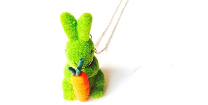Sautoir Le LAPIN BIEN ACCROCHÉ, petit lapin vert par The Sausage