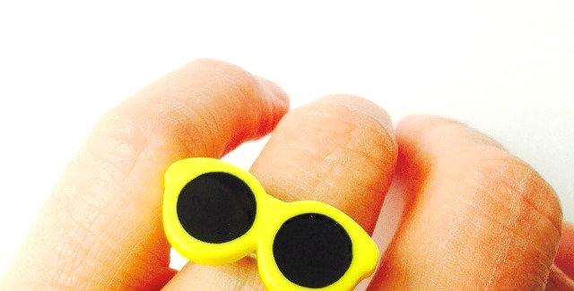 Bague LES VACANCES, petites lunettes de soleil jaune