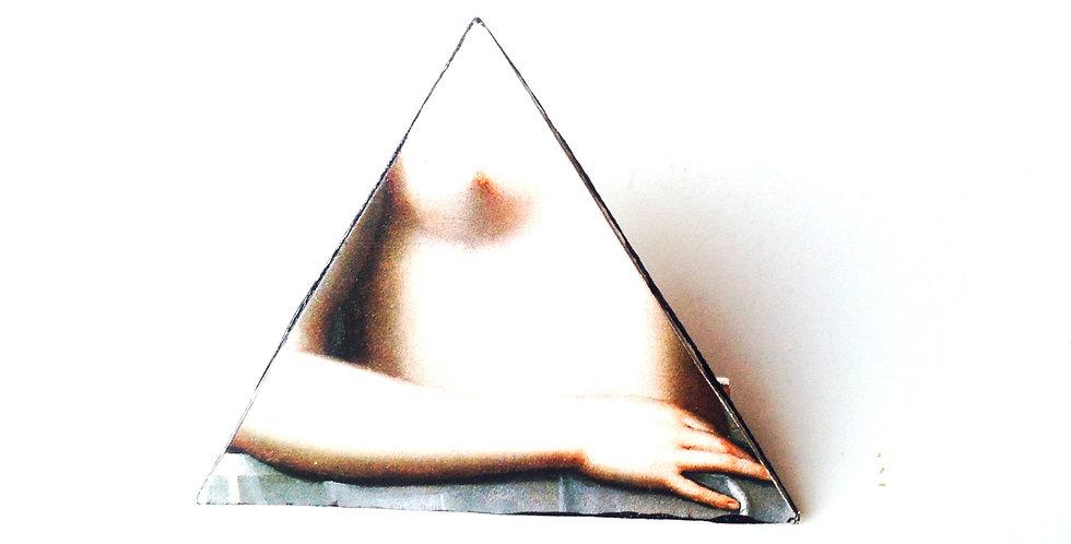 Broche GABRIELLE D'ESTRÉE, triangle, cartonnée par The Sausage