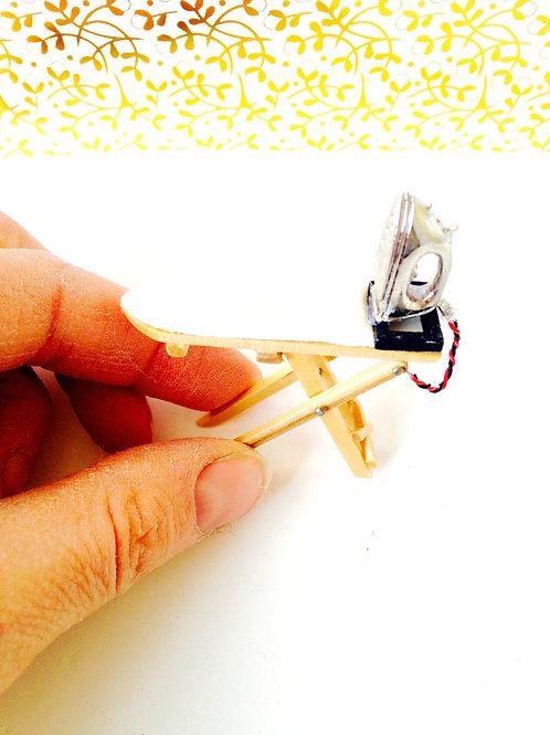 1 planche à repasser miniature, avec fer à repasser. Echelle 1/12ème