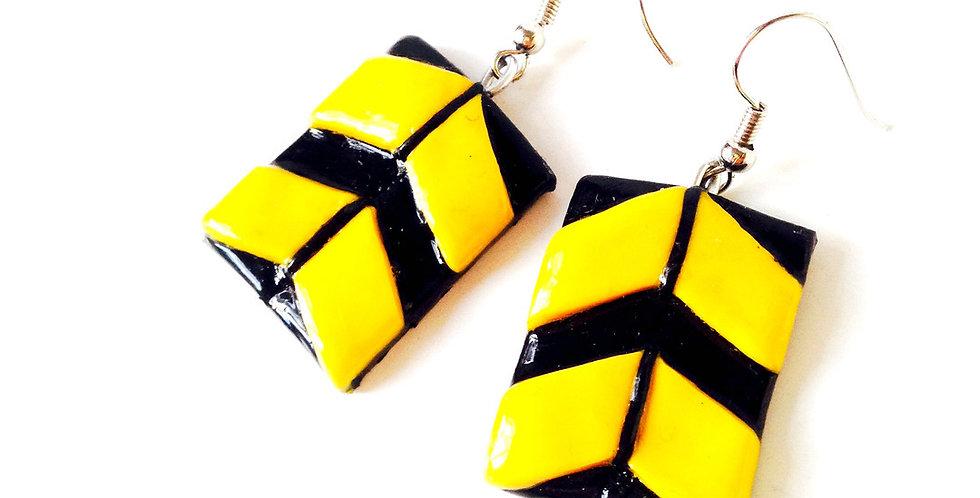 Boucles d'oreilles BZZ BZZ, chevrons noirs et jaunes par saucisse