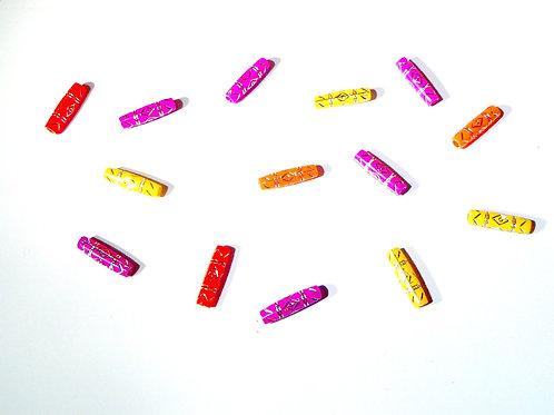 Perles tubes, décorées de dessins argentés.