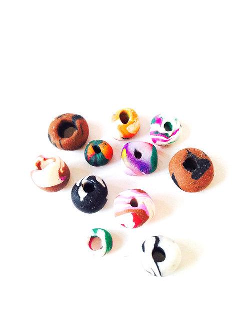 Lot de petites perles multicolores formes diverses