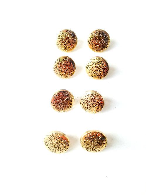 Lot de 8 très beaux petits boutons vintage en résine dorée avec motif