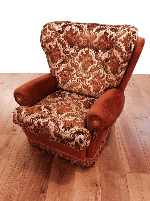 Fauteuil REVIVAL années 60-70, motifs marrons base caramel large dossier vintage