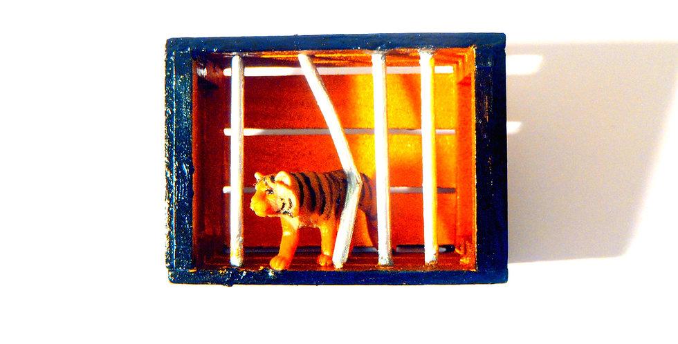 Broche SHEELA SE LÂCHE, tigre dans mini cage