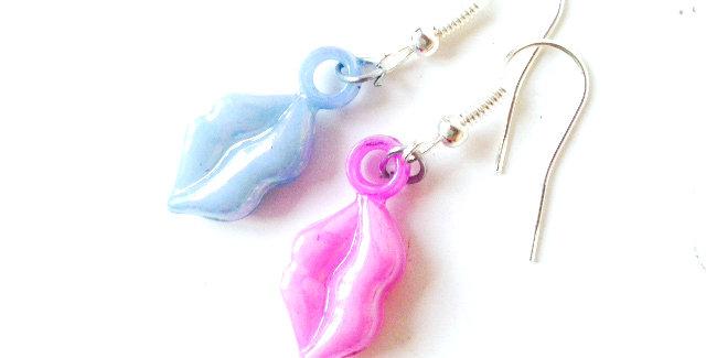 Boucles d'oreilles BISOUS GIVRÉS -- bouches rose et bleu nacré miniatures, plast