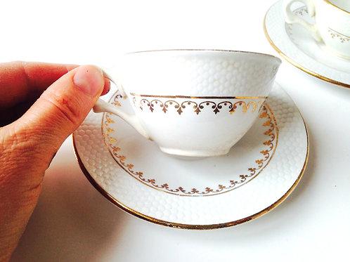 Rare -- 2 tasses et soucoupe nid d'abeille / Rare Teacups embossed hive design