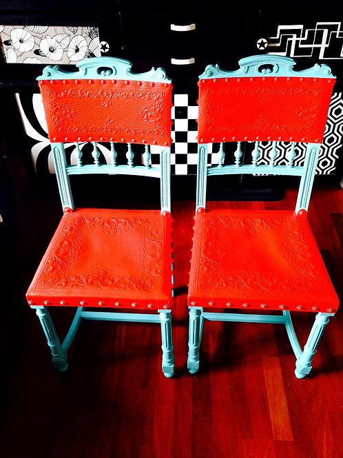 Chaises LES VACANCES D'HENRI II, chaises décoratives relookées rouge / turquoise