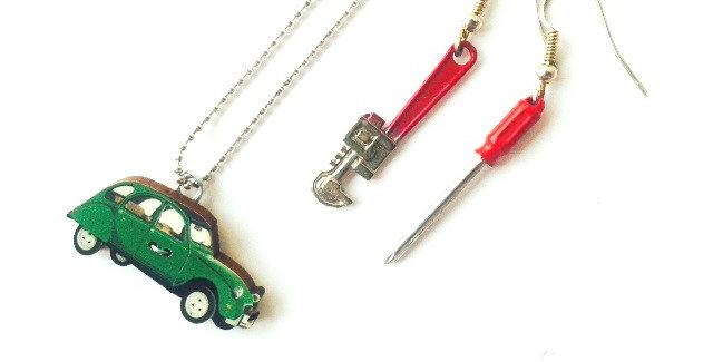Parure de bijoux LE GARAGE DE RÊVES, deux chevaux (2CV) et outils