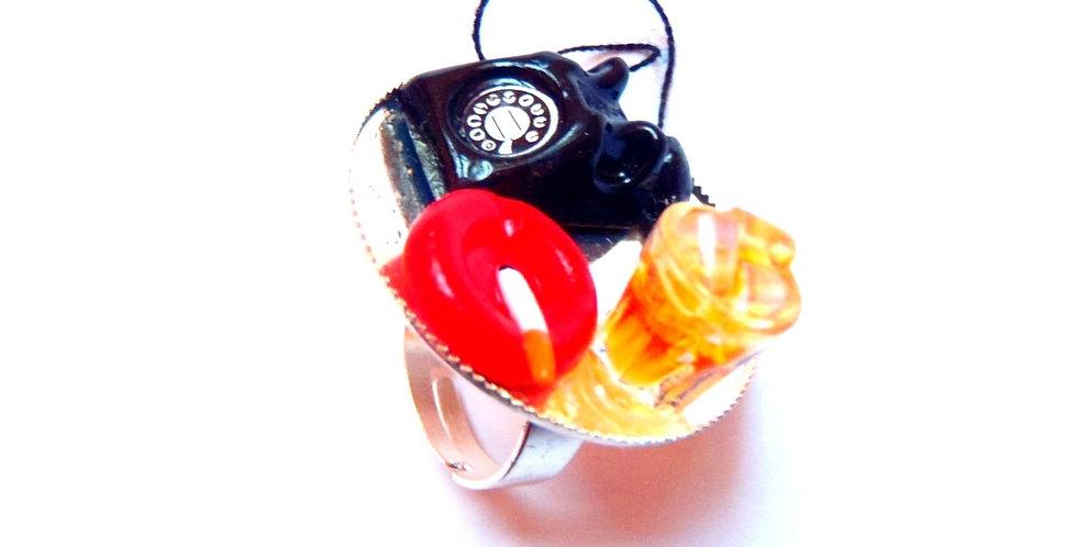 Bague DIAL M FOR MURDER, téléphone miniature & whisky