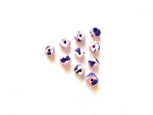 """Perles cubiques, """"guimauve"""" rose / violet / blanc modelées à la main"""