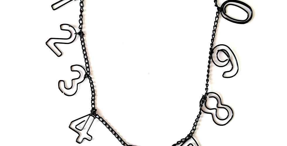 Collier mi-long PRENEZ UN NUMÉRO, métal noir fermoir