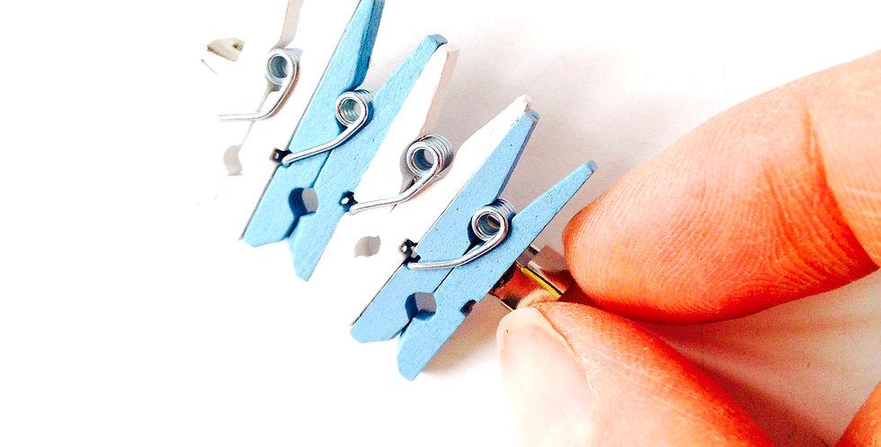 Broche VILLE D'EAU, bleu / blanc, pinces à linge miniatures