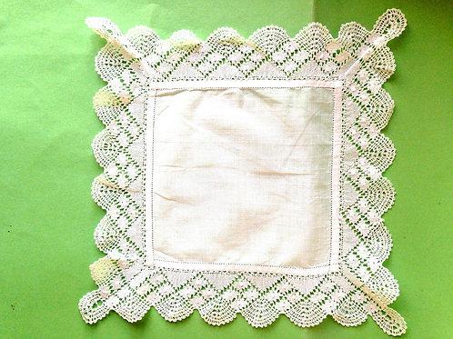 Fine pochette de veston en baptiste et dentelle de Mirecourt, faite main, blanc