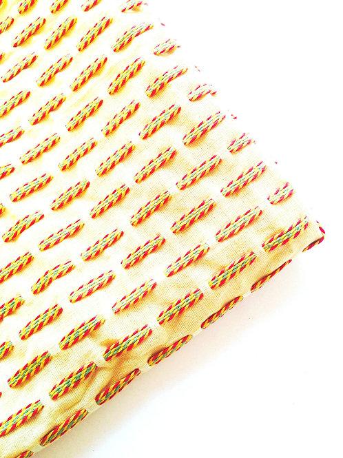 Mini coupon de tissu beige brodé, vert / rouge / jaune chute 138 x 46 m