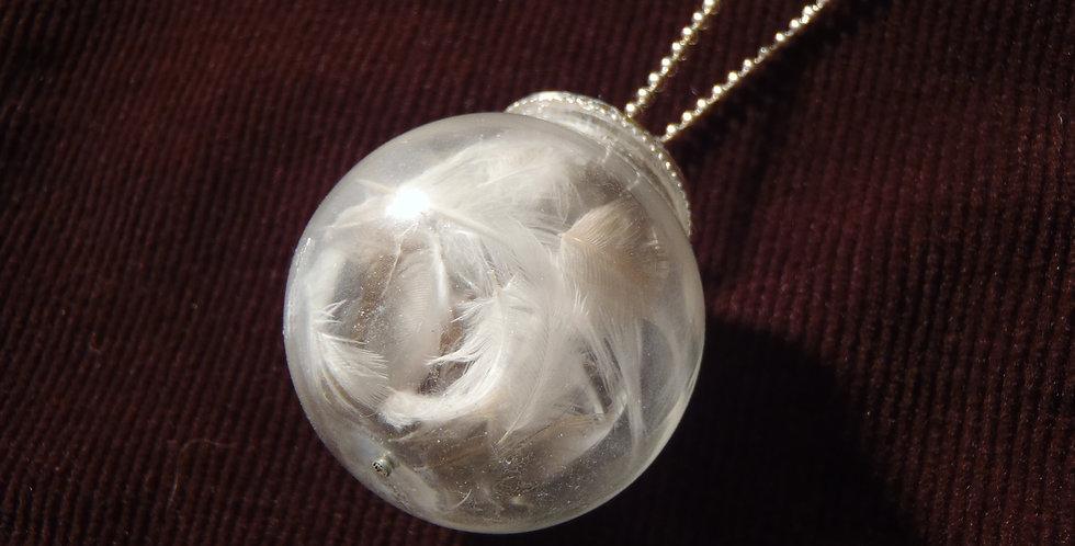 Sautoir BOULE DE BRUME, globe de verre, plumes miniatures
