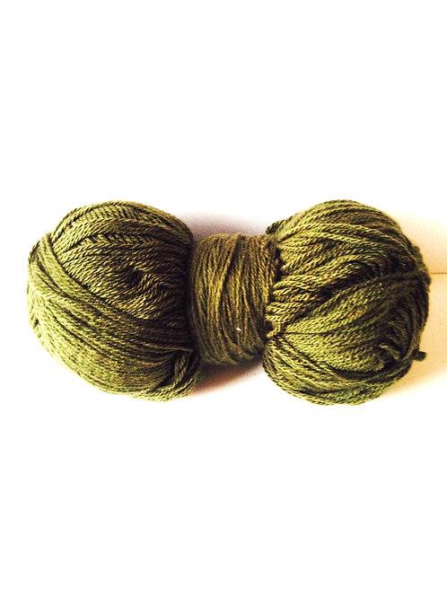 Pelote de laine géante, couleur kaki, fine, entamée, équivalente à 3 pelotes