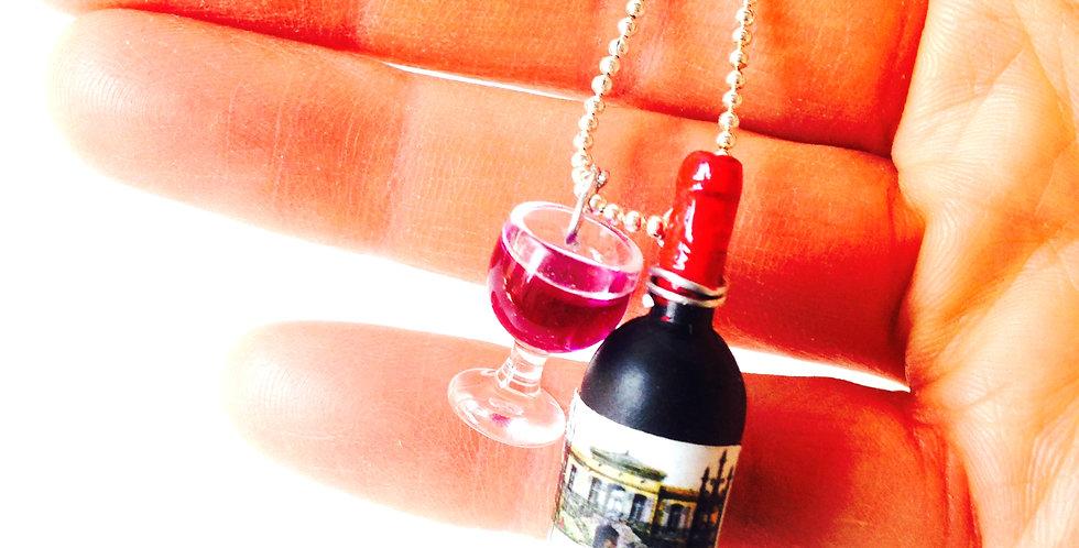 Sautoir LE BALLON IVRE, bouteille et verre miniature