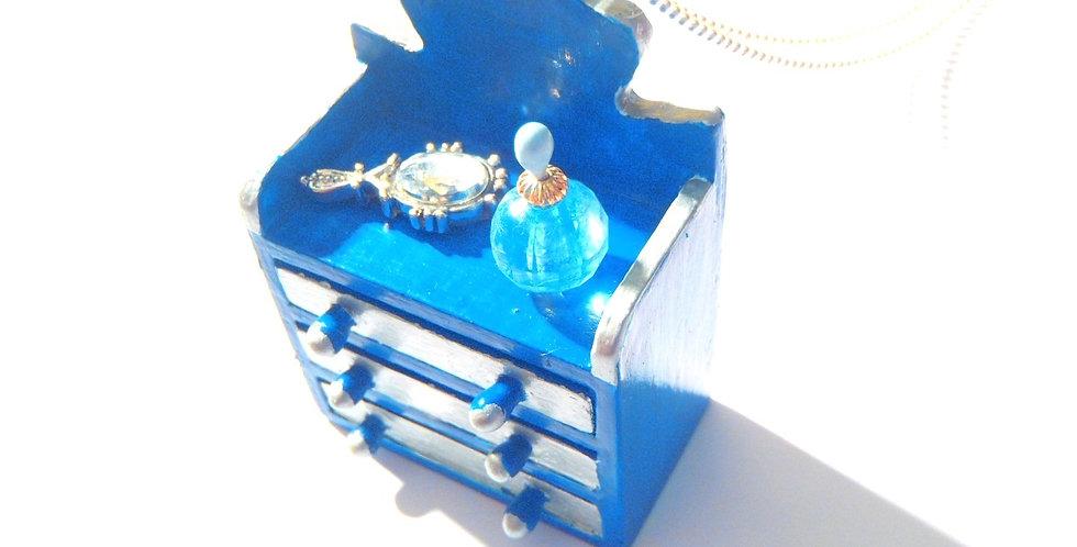 Sautoir J'SUIS PAS COMMODE, ou la relookeuse, commode miniature